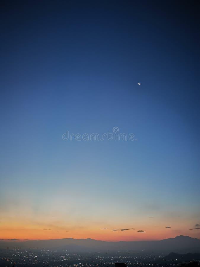 Sonnenaufgang in Mexiko City und im tiefen blauen Himmel lizenzfreie stockfotografie