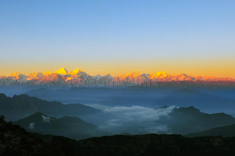 Sonnenaufgang Minya Konka mit Wolkenmeer stockbilder