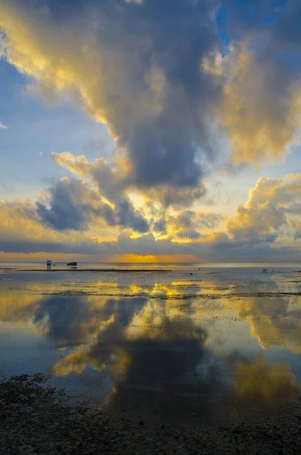Sonnenaufgang Mit Drastischem Himmel Und Booten Stockfotografie