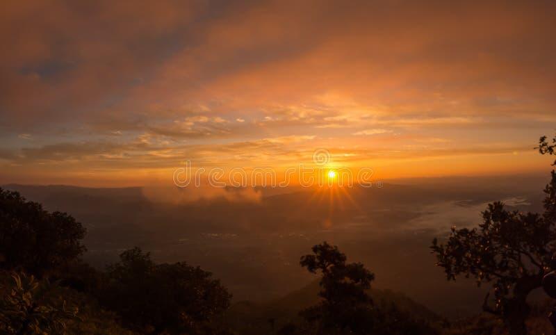 Sonnenaufgang mit Gebirgs- und Seenebellandschaft lizenzfreies stockbild