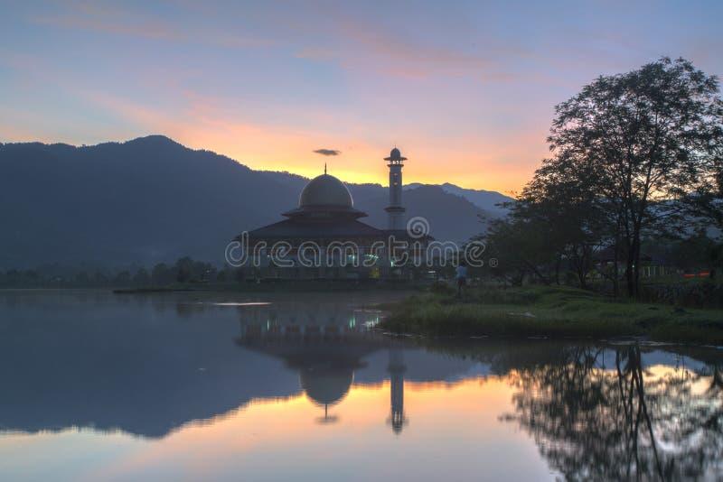 Sonnenaufgang mit Reflexion an der Darul-Quran-Moschee lizenzfreies stockfoto