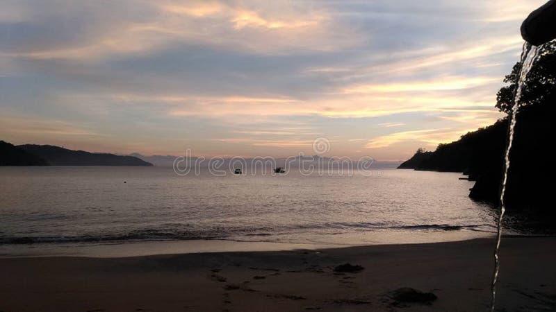 Sonnenaufgang mit speziellen Farben in Paraty, Brasilien lizenzfreie stockbilder