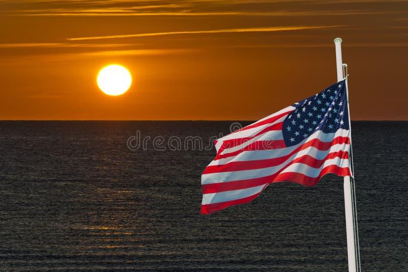 Sonnenaufgang mit USA-Flagge lizenzfreie stockfotos