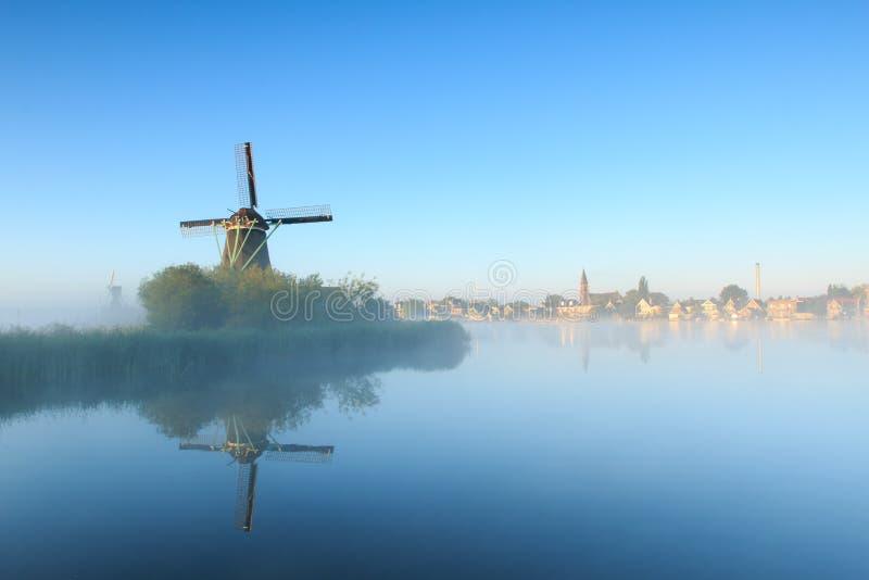 Sonnenaufgang mit Windmühlen lizenzfreies stockbild