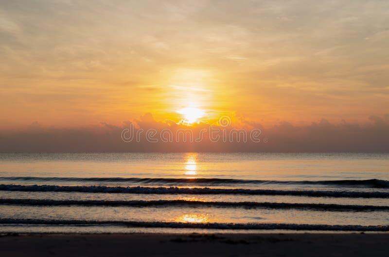 Sonnenaufgang am Morgen mit Wolke an der Himmellinie Horizont und Reflexion vom Sonnenschein stockfoto