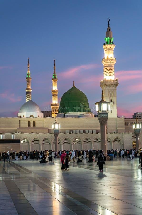 Sonnenaufgang-Moslems traten für Anbetung Nabawi-Moschee, Medina, Saud zusammen stockfoto