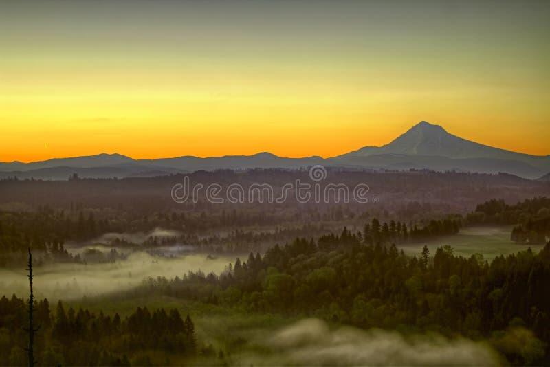 Sonnenaufgang in nebeligem Morgen der Montierungs-Hauben-eine lizenzfreie stockfotos