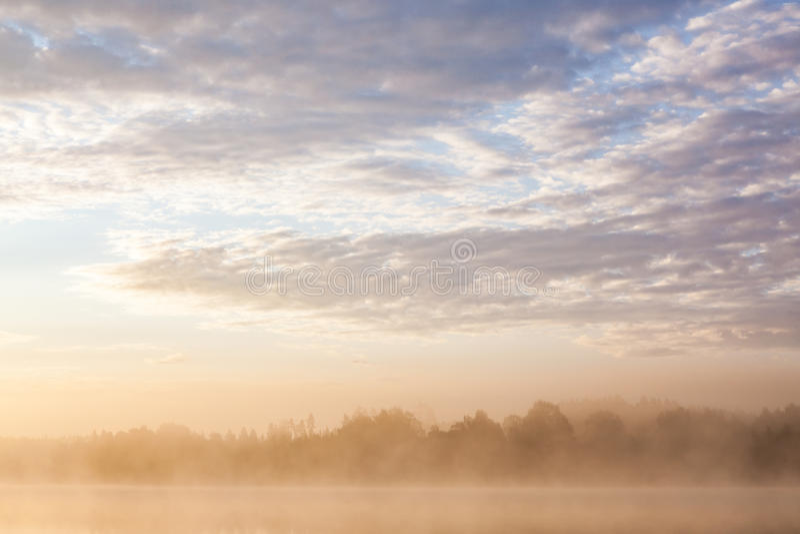 Sonnenaufgang in nebeligem See lizenzfreie stockfotos