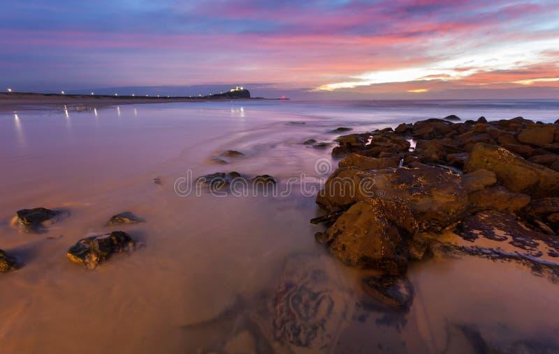Sonnenaufgang an Nobbys-Strand - Newcastle NSW Australien lizenzfreie stockfotografie