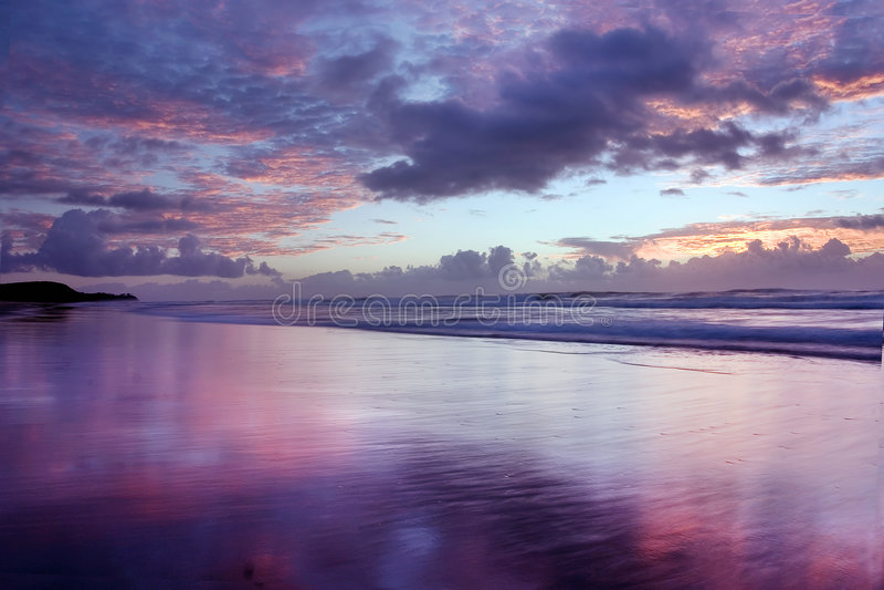 Sonnenaufgang @ Noosa Strand lizenzfreie stockfotos