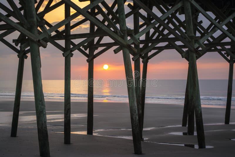 Sonnenaufgang am Pier stockbilder