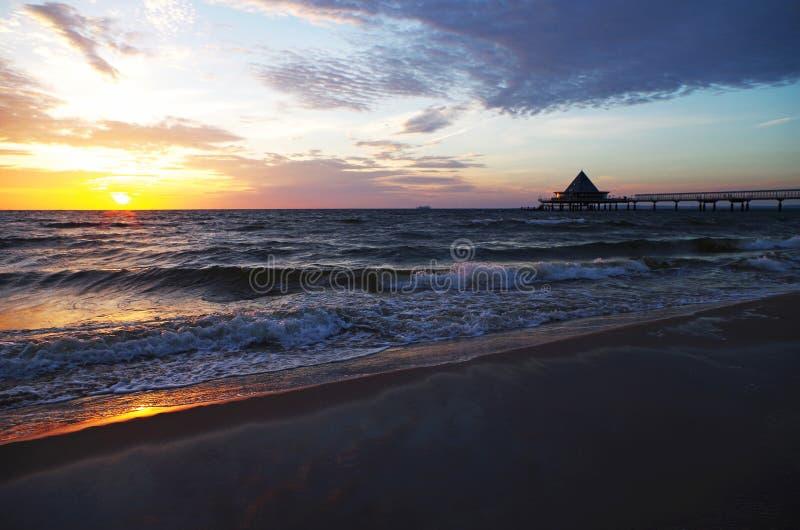Sonnenaufgang am Pier im heringsdorf in der Ostsee lizenzfreie stockfotos
