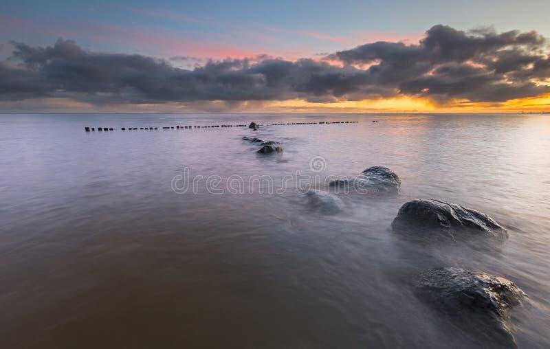 Sonnenaufgang am See lizenzfreies stockfoto