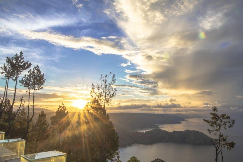 Sonnenaufgang am See Toba lizenzfreie stockfotos