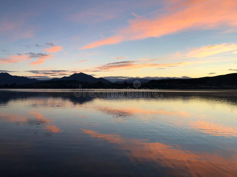 Sonnenaufgang am See Wanaka, Neuseeland lizenzfreies stockbild