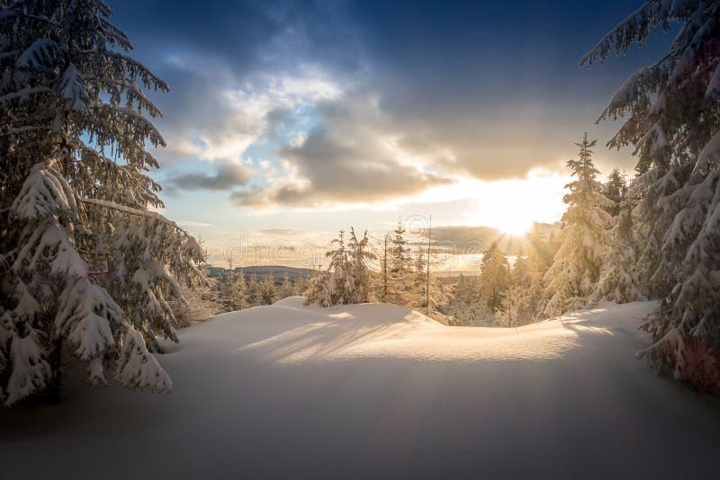 Sonnenaufgang am Spaß gemachten Berg stockfotografie
