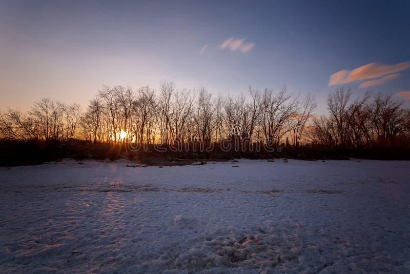 Sonnenaufgang in Torontos Cherry Beach während des Winters lizenzfreie stockfotografie