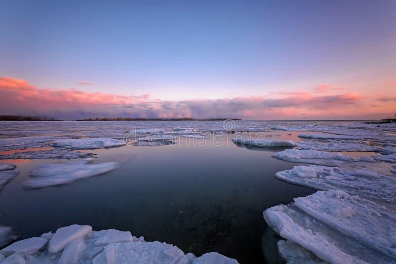 Sonnenaufgang in Torontos Cherry Beach während des Winters stockbilder