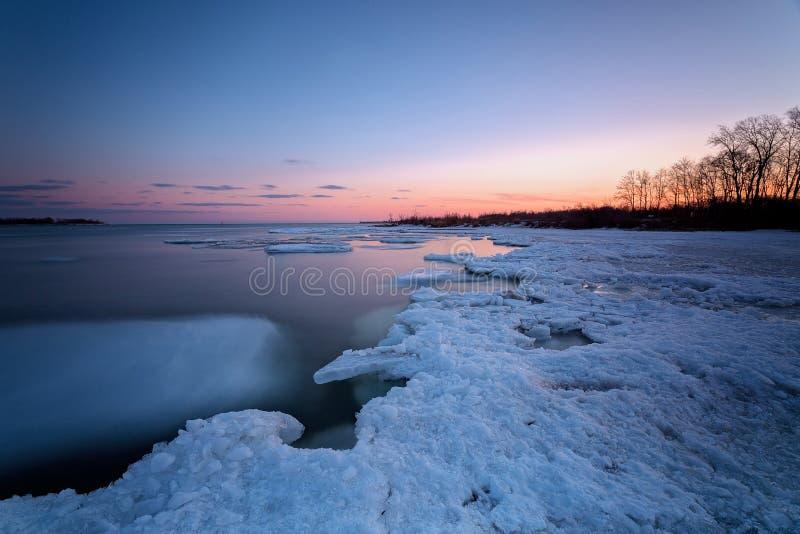 Sonnenaufgang in Torontos Cherry Beach während des Winters lizenzfreie stockbilder