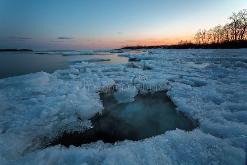 Sonnenaufgang in Torontos Cherry Beach während des Winters stockfoto