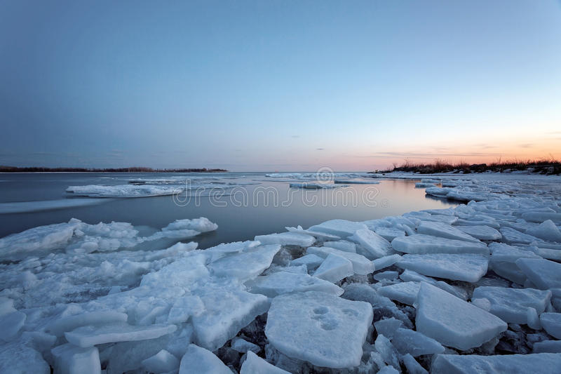 Sonnenaufgang in Torontos Cherry Beach während des Winters stockfotografie