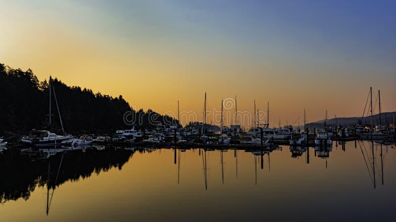 Sonnenaufgang und Boote beim Ganges beherbergten auf Salz-Frühlings-Insel-Britisch-Columbia Kanada stockfoto