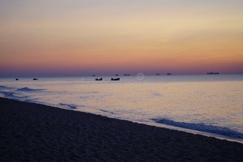 Sonnenaufgang und die Fischerboote stockfotos