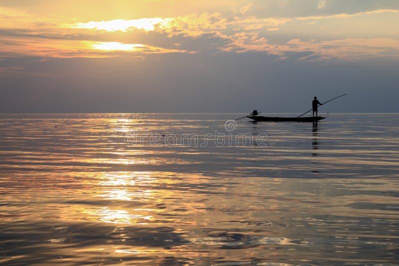 Sonnenaufgang und Fischer lizenzfreies stockfoto