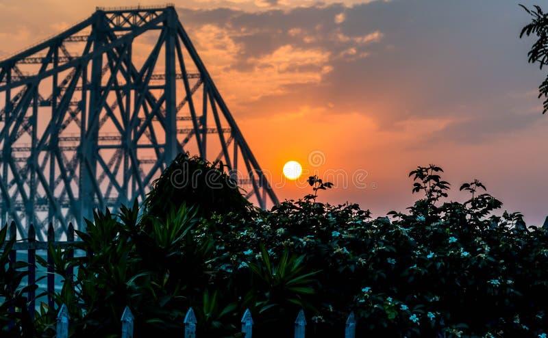 Sonnenaufgang und Howrah-Brücke lizenzfreie stockfotografie