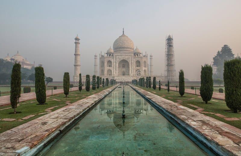 Sonnenaufgang- und Morgennebel bei Taj Mahal in Agra - Indien lizenzfreie stockfotografie