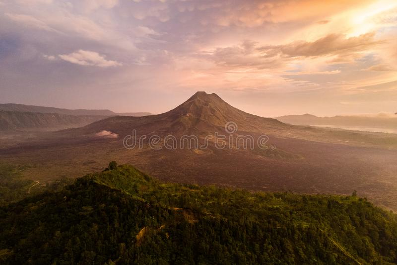 Sonnenaufgang und Nebel der schönen Ansicht an Batur-Vulkan, Kintamani, Bali, Indonesien Sonnenaufgangansicht von Batur-Vulkan, B stockbild