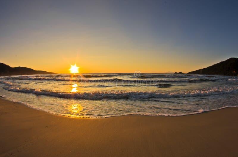 Sonnenaufgang und Wellen am goldenen Strand, Thassos-Insel lizenzfreies stockbild