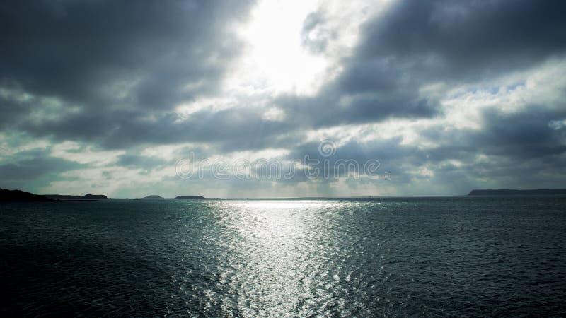 Sonnenaufgang unter Meer lizenzfreie stockfotos