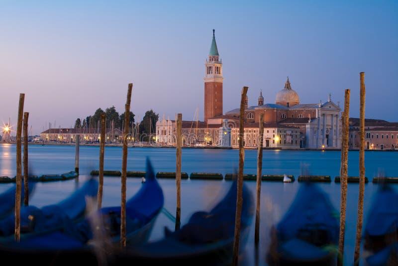 Sonnenaufgang in Venedig und in den Gondeln stockfotos