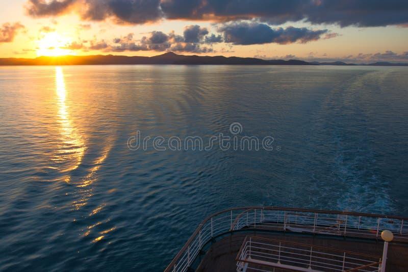 Sonnenaufgang von der Plattform eines Kreuzschiffs stockfotos