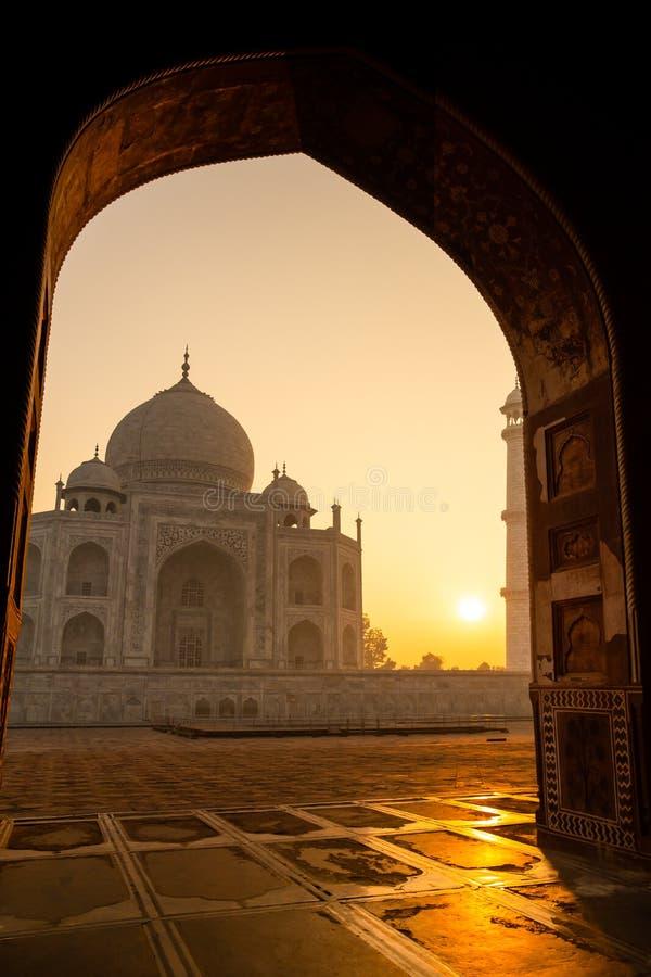 Sonnenaufgang von Taj Mahal durch einen Torbogen in Schuss Agras Indien in hoher ISO stockfotos