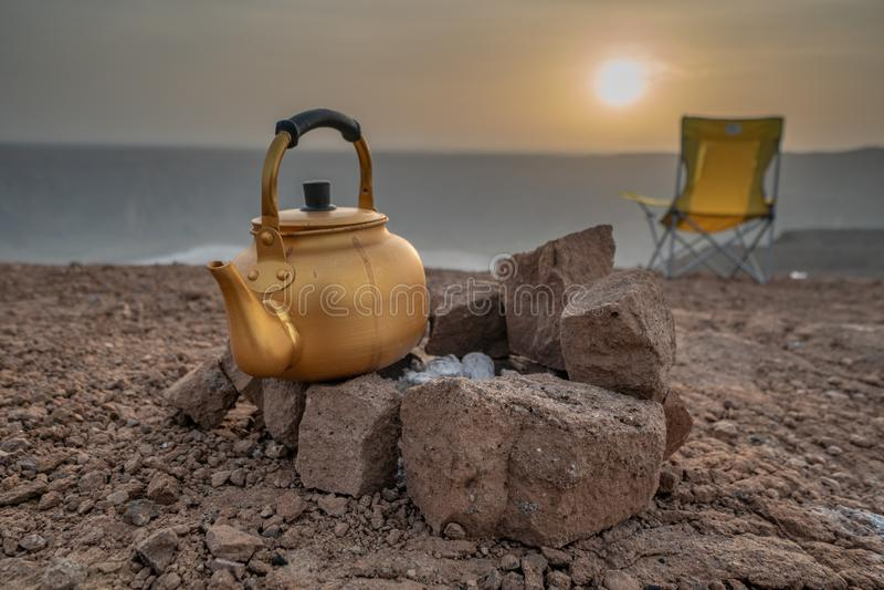 Sonnenaufgang während eines Camping-Ausflugs in Saudi-Arabien stockbilder