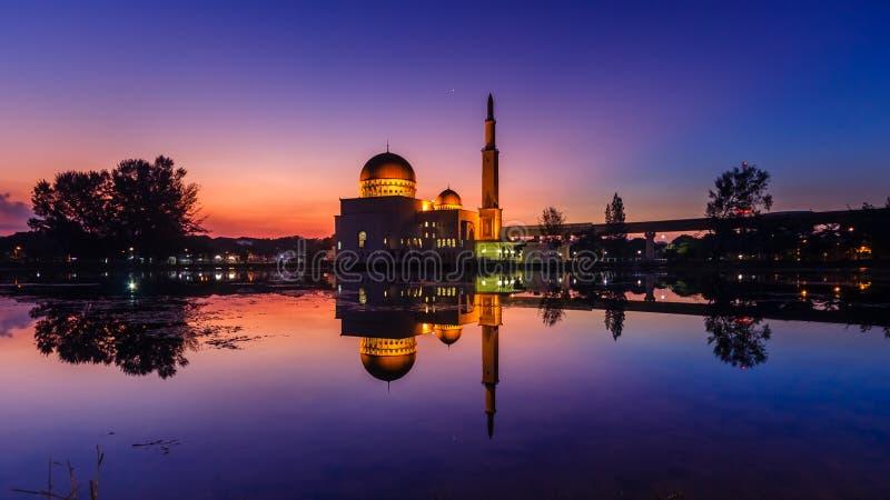 Sonnenaufgang an wie-salam Moschee puchong, Malaysia lizenzfreie stockbilder