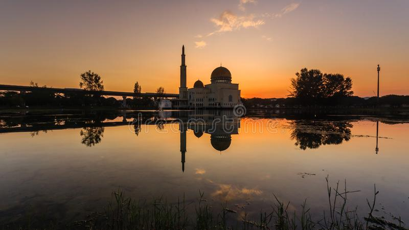 Sonnenaufgang an wie-salam Moschee puchong, Malaysia lizenzfreies stockfoto