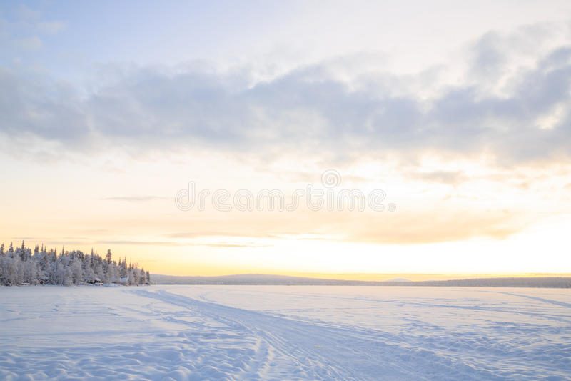 Sonnenaufgang-Winterlandschaft stockfotos