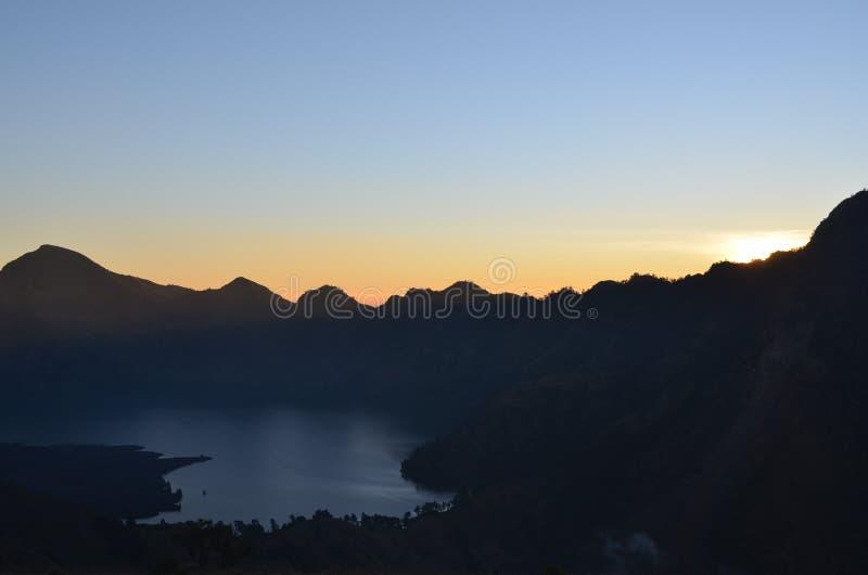 Sonnenaufgangansicht am Berg mit See unten lizenzfreie stockfotos