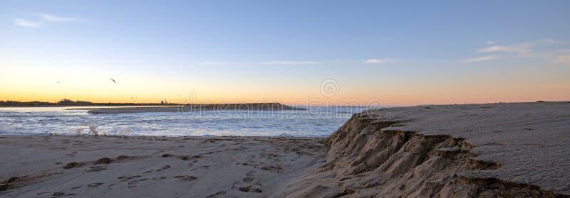 Sonnenaufgangansicht des frühen Morgens von Santa Clara River fließend in Pazifischen Ozean auf dem Gold Coast von Kalifornien be stockfotos