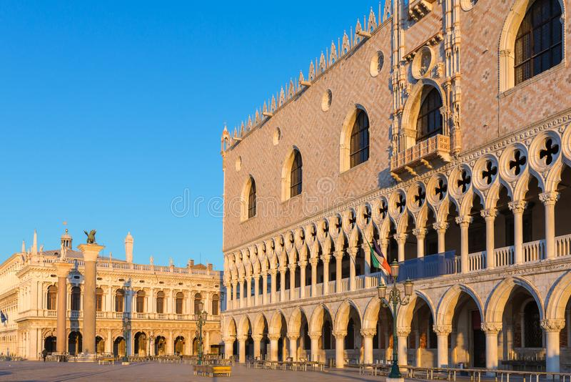 Sonnenaufgangansicht am Palast des Dogen in Venedig stockbild