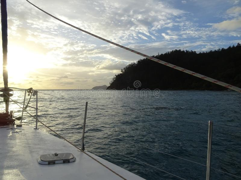 Sonnenaufgangansicht vom Segelboot lizenzfreies stockfoto