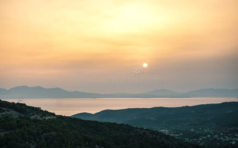 Sonnenaufgangansicht von Bergen und von Meer auf Aegina-Insel, Griechenland stockfoto
