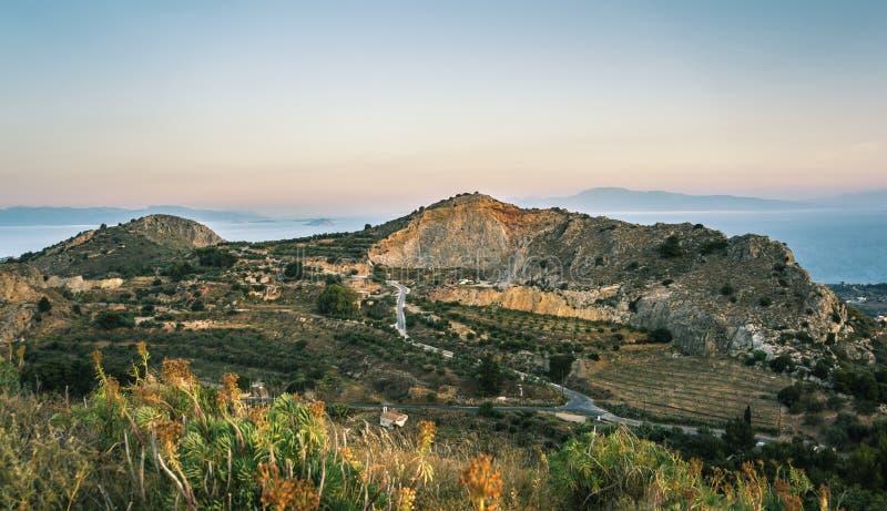 Sonnenaufgangansicht von Bergen und von Meer auf Aegina-Insel, Griechenland lizenzfreie stockfotografie