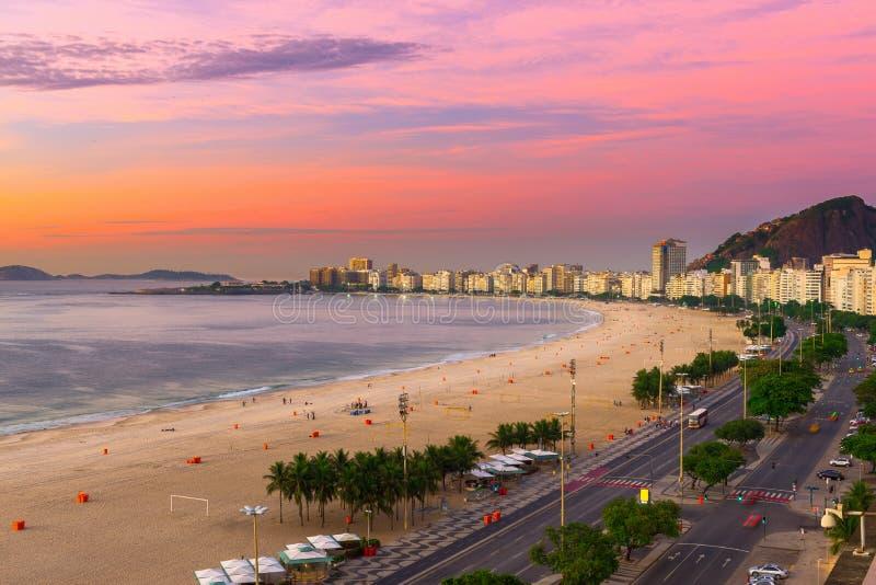 Sonnenaufgangansicht von Copacabana-Strand und von Avenida Atlantica in Rio de Janeiro stockbilder