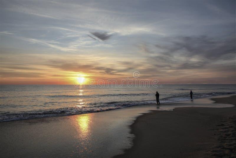 Sonnenaufgangbrandungscasting in OBX lizenzfreie stockbilder