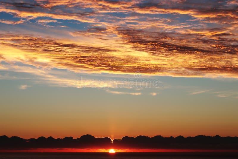 Sonnenaufgangcala-millor, roter brennender drastischer Himmel über Mittelmeer, Mallorca, Spanien lizenzfreie stockbilder
