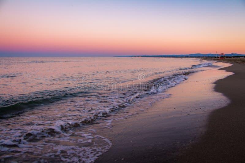 Sonnenaufgangfarben über dem Meer stockfoto